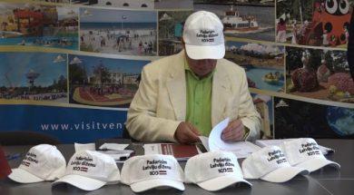 Padarīsim Latviju diženu! Lembergs dāvina cepures vadošajām amatpersonām.