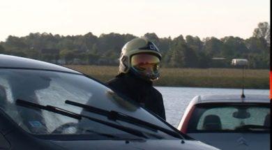 Ventā pie laivu nolaišanas vietas noslīkst automašīna.